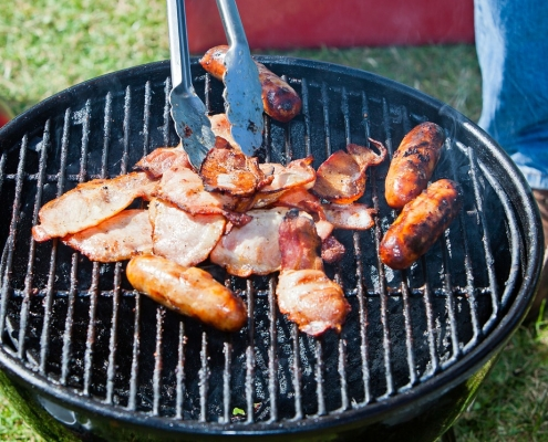 Heat resistant enamel paint is used to protect barbecues, stoves and ovens.